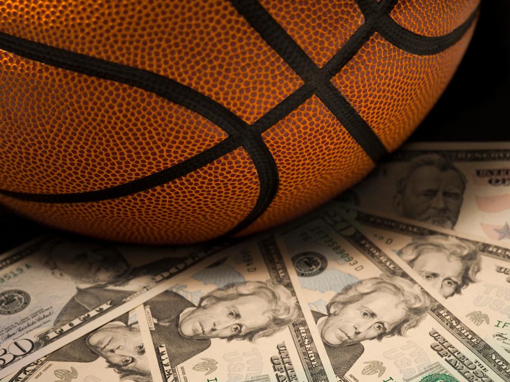 Баскетбольный мяч и доллары