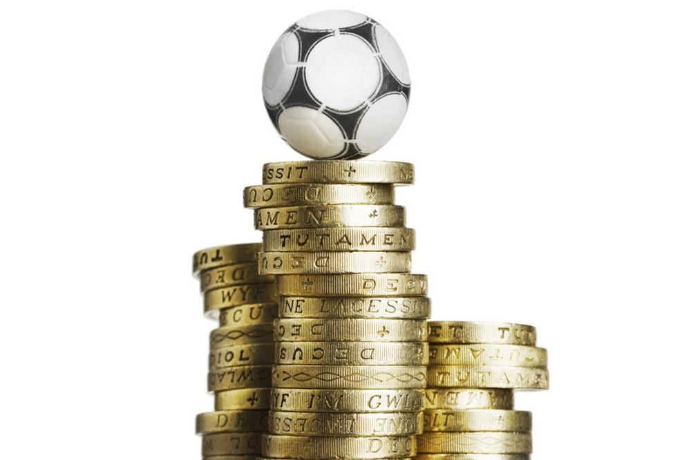 Футбольный мяч на стопке монет